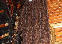 статичная французская штора из испанской лопковой органзы на 2 этажа на лестницу. декорирована стеклярусом по низу.