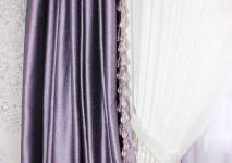 портьера и подхват из ткани украшены стеклярусом.