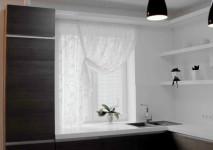 короткая шторка в узкий проем окна на кухне.