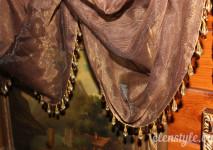 крупный вид драпировок французской шторы и декорирование стеклярусом по низу.