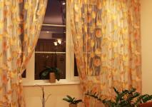 органза в крупные желтые тюльпаны на большое окно в кухне.