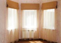 римские шторы на узкие окна из испанской полупарчи.полуоткрытый вид днем. французская гардина в пол с креплением под римский механизм.