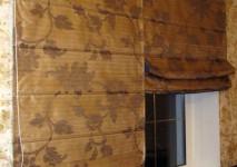 римская штора на подкладке для кабинета из испанской органзы с крупным цветочным рисунком. крепление на единый механизм с двойным управлением.