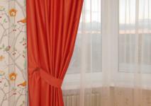 оранжевая портьера в подхвате для эркера в детской комнате