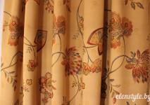 испанская гобеленовая ткань с рисунком в цветы в драпировке.