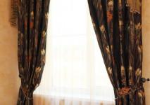 портьеры из итальянской шоколадной парчи с цветочным рисунком в подхвате и декоративный ламбрекен с креплением на кольцевой карниз.