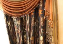 легкий ламбрекен из немецкой жесткой органзы двух цветов,обработанный стеклярусом.
