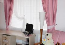 оформление детской комнаты в розовых тонах. на окне: римская штора, декоративная вуаль и портьеры с подхватами
