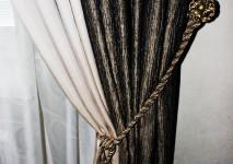 стачная портьера из тканей различных текстур в подхвате под кисть.