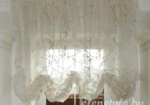 функциональная австрийсая штора на небольшое окно на кухне. выполнена из итальянской вискозной органзы с классическим цветочным рисунком вид шторы днем.