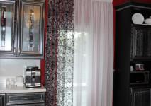 стачная штора из органзы с бархатным черным вензелем и французского белого крепа.