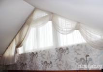 французская гардина-слюда для оформления косого окна в детской