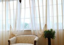 органза с плотными атласными полосами на окно в кухне.