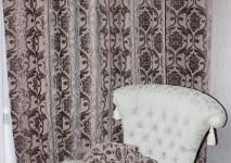 двусторонний бельгийский бархат кофейного отттенка с геральдической лилией в портьере и круглой поушкена кресло.