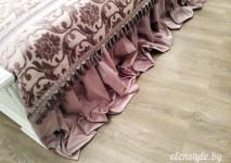 юбка покрывала из полупарчи лежит на полу. комбинированное покрывало из бархата и полупарчи.