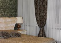 комплект штор для спальни из плотного бархата кофейного оттенка. покрывало золотистой гаммы с рисунком.