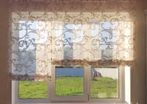 римская штора на кухонное окно из итальянской вискозной оганзы с классическим рисунком. цельный механизм с ассиметричным двойным управлением. полуоткрытый вид днем.