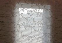 римская штора на окно на лестнице из итальянской вискозной оганзы с классическим рисунком. закрытый вид вечером.
