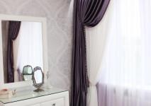 прозрачная лиловая гардина, белая вискозная портьера и фиолетовая полупарча в подхвате.
