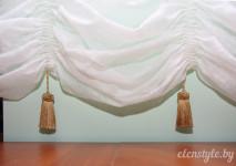 крупный вид низа французской шторы из французской вуали, украшенный декоративными кисточками.