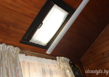 наклонное окно в потолке и шторы-кафе из испанской вуали