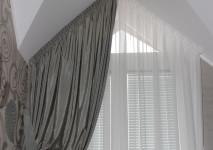 гардина и испанская вискозная портьера для оформления косого окна в коридоре