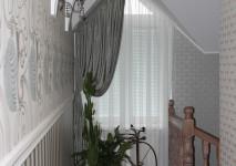 косое окно в коридоре. крепление штор на алюминиевый профиль