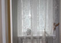 гардина с классическим дамасским рисунком для оформления окна в коридоре