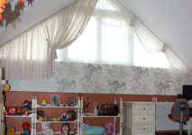 декоративные гардины для окна под углом для оформления мансарды