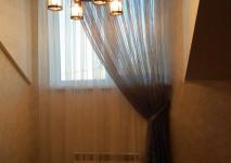 комплект из одинаковых гардин разных цветов для оформления окна в коридоре