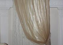 оформление проема окна органзой-слюдой и трикотажной гардиной
