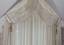 сваги из испанской жаккардовой ткани в проем косого окна