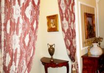 оформление проема комнаты портьерами с крупным рисунком