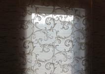 вид римской шторы с крупным рисунком вечером