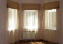 римские шторы для эркера. гардина в проеме окна под римскими шторами