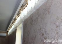 декоративная панель с бахромой и короткая гардина на высоком узком окне