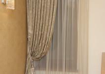 оформление окна портьерой и тюлью для окна около лестницы