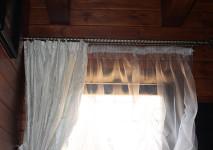 короткая шторка из итальянской блестящей тафты и статичная австрийская штора,обработанная стеклярусом по низу