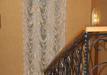 французская штора из органзы на окно на лестницу