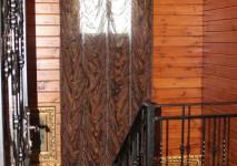 оформление проема окна на лестнице французской шторой