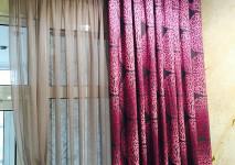 Испанская коллекционная портьера с современным рисунком на люверсах и тонированная гардина-марля
