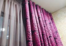 Натуральная тонированная гардина на высокой ленте и портьера на люверсах цвета фуксии с современным рисунком